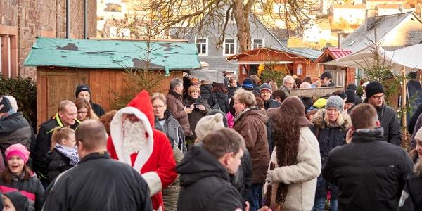 Der Erndtebrücker Weihnachtsmarkt rund um die evangelische Kirche