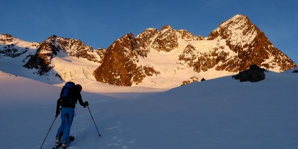 Bei P2.799m, schon fast am Plangeroßferner, die Ostflanke der Waze liegt bereits einige Zeit in der Sonne.