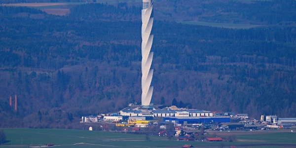 Blick vom Lembergturm (1048 m ü. NN.) auf die 200 m tiefer liegende Besucherplattform des thyssenkrupp Testturms