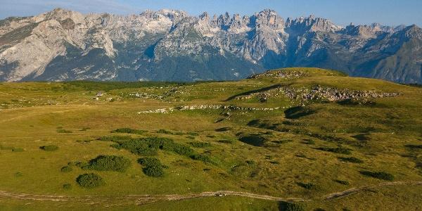 I prati in zona Bait del Germano e le Dolomiti di Brenta