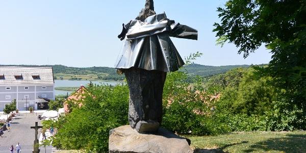 Varga Imre I. Andrást, a tihanyi bencés apátság alapítóját ábrázoló szobra