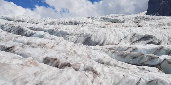 Traversée du glacier avec des poteaux de bois qui sont des panneaux indicateurs