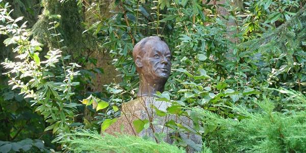Szőnyi István szobra a zebegényi szabadiskolába vezető lépcsőnél