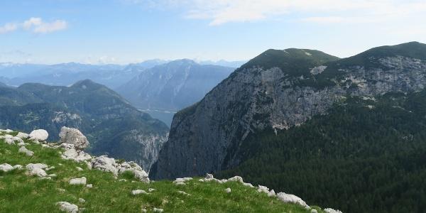 Ein wenig südlich vom Gipfel hat man sogar Ausblick auf ein Stück vom Hallstättersee und auf den Feuerkogel und Mittlerer Hirlatz