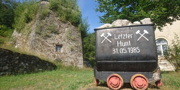 Důlní vozík před bývalou vápenkou v Heroldu u města Thum