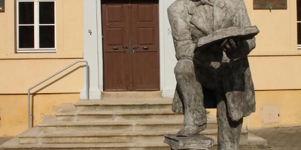 Das Konrad-Duden-Denkmal vor dem Rutheneum Schleiz