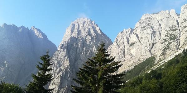 Beim Aufstieg zum Foran da la Gjaline ein Blick nach Südwesten zum Forca Nuviernulis (re.), C. Dai Gjai und C. Della Sfinge