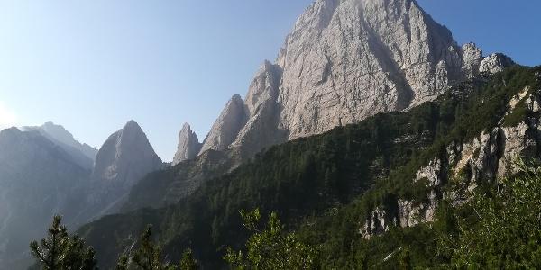 am Sattel südlich der Creta di Mezzod – ein Blick nach Süden zum Mt. Sernio (re.), zum Torre Nuviernulis und Forca Nuviernulis