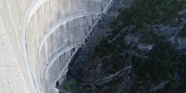 rießiger Staudamm am Cancanosee