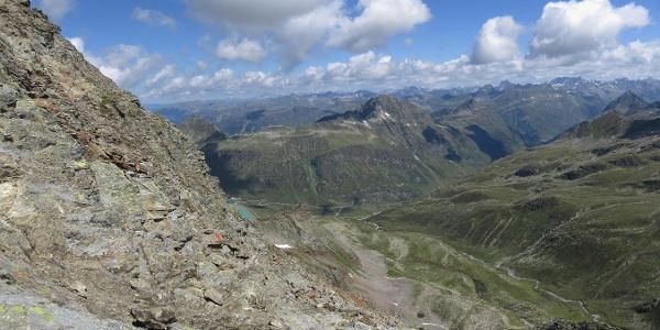 Mit Blick auf das Gipfelkreuz verläuft der Weg im Fels.