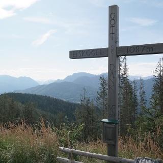 Das Gipfelkreuz am Eiskogel (1.087 m) mit wunderbarer Aussicht in Sengsengebirge und ins Tote Gebirge.