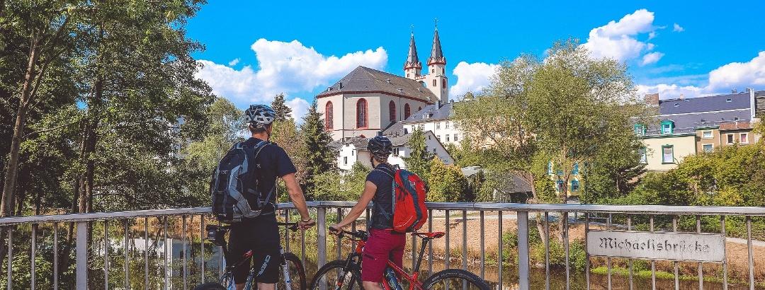 Radfahrer auf der Michaelisbruecke, Stadt Hof