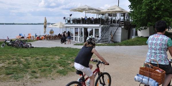 Radler vor der Strandbar am Bautzener Stausee