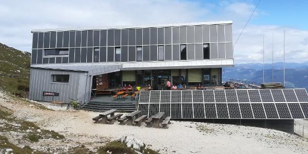 Start zur 30. Etappe des Julius-Kugy-Dreiländerweges vom Dobratsch-Gipfelhaus, dem östlichsten Teil der Gailtaler Alpen – dahinter in Ri. N die Nockberge (Mirnock)