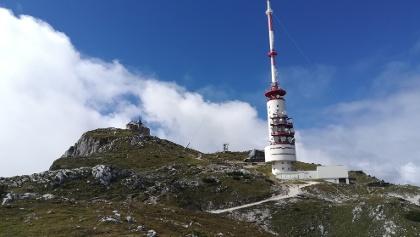 """ein Blick zurück zur Knappenkirche """"Maria am Stein"""", zur Richtfunkanlage, zum Gipfelhaus Dobratsch und zur Sendeanlage – Südostansicht - am Weg zum Elfernock"""