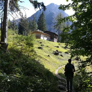 AV-Wanderer knapp vor der Bertahütte mit Blick auf den Nordgrat des Mittagskogels/der Kepa