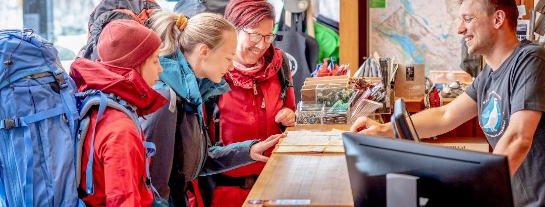 Kilpisjärven luontokeskus neuvoo retkeilyreitteihin ja taukopaikkoihin sekä lupa-asioihin liittyvissä kysymyksissä.