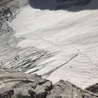 Hier sieht man den aperen Gletscher in der direkten Variante. Unbedingt in großer Linksschleife rauf, wer ohne Steigeisen unterwegs ist!