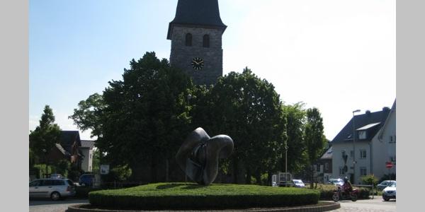 Europabrunnen mit ev. Kirche Brilon
