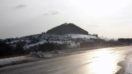 Aasrücken mit Blick auf Ort und Berg Hohenstaufen