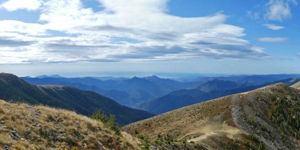 Das Panorama am Mont Lapassé: Von der Cime du Gelas (links) bis zum Mont Pépoiri (rechts)