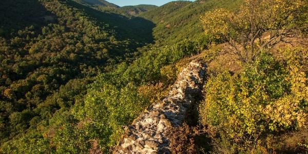 A Markazi vár még megmaradt falai a kaldera felett