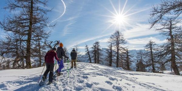 Sonne tanken auf den verschneiten Gipfeln