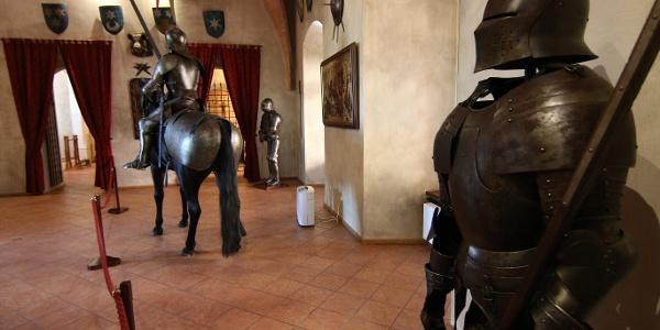 Ozorai Pipo várában gótikus páncélzatú életnagyságú lovaskatonával is találkozhatunk a fegyverteremben