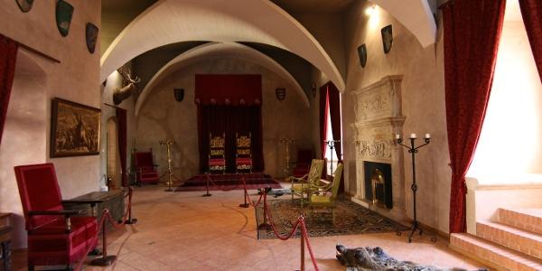 Ozorai Pipo várában Luxemburgi Zsigmond látogatását idézi meg a díszes trónus