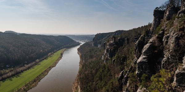 Blick von der Basteibrücke ins Elbtal