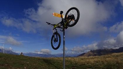 0100 Das Bike hängt tatsächlich auf dem Monte Bar - und nicht unten bei der SAC-Hütte Monte Bar