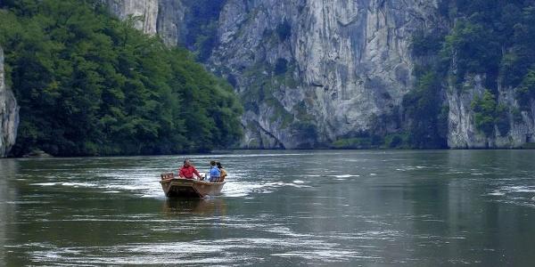 Fahrt mit der Zille in der Weltenburger Enge mit dem Donaudurchbruch bei Kelheim