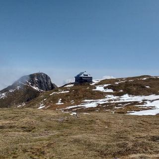 Am Plateau - wir blicken zurück zur Hütte