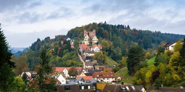 Das Städtchen Berneck mit seiner markanten Burg und der Schildmauer