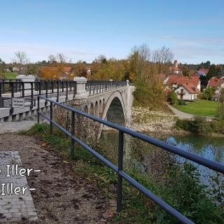 Radweg über die alte Bahnbrücke in Illerbeuren