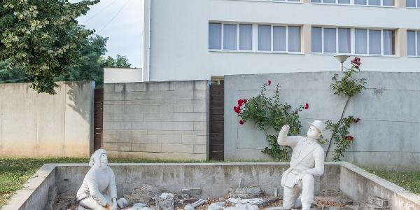Régész szoborcsoport a nyírbátori történelmi sétányon
