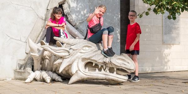 A fal mögül előugró sárkány a gyerekek kedvence (nyírbátori történelmi sétány)