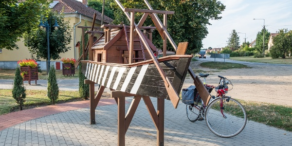 Az Ulmer Schachtel kicsinyített köztéri szobra Antal Dechandt alkotása