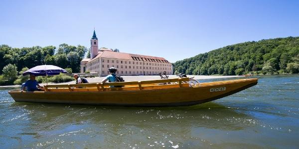 Übersetzen mit der Zille beim Kloster Weltenburg