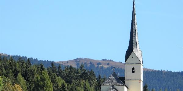 Kirche in Mirnig mit Kl. Sauofen dahinter,  das Ziel der Wanderung