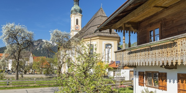 Lenggries mit Bauernhaus und Kirche