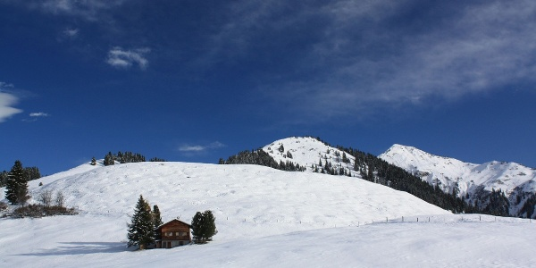 Die mittlere Erhebung ist der Kulminationspunkt der Tour; dahinter das Chrüz (2195 m)