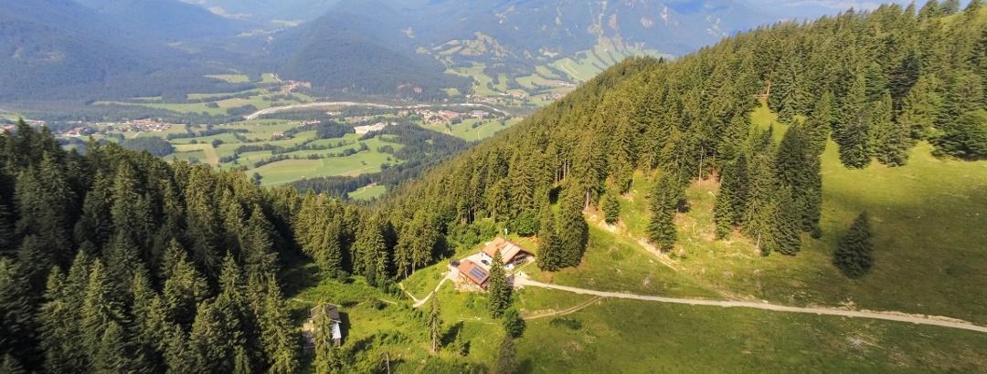 Panoramablick auf die Lenggrieser Hütte im Sommer