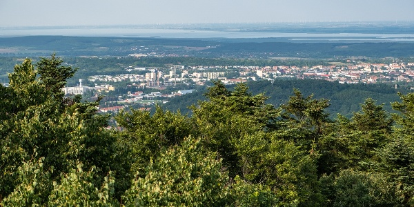 Sopron hátterében a Fertő tó (Várhely-kilátó)