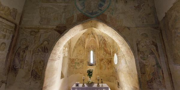 A veleméri templom belseje a diadalívvel és a napfürdőző szetntéllyel