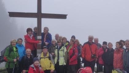 ein großes Dankeschön in Richtung der langjährigen AV-Wanderführerin Ella Frühmann - umnebelt am Lippekogel