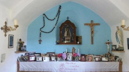 Viele Gedenkbilder im Kapelleninneren.
