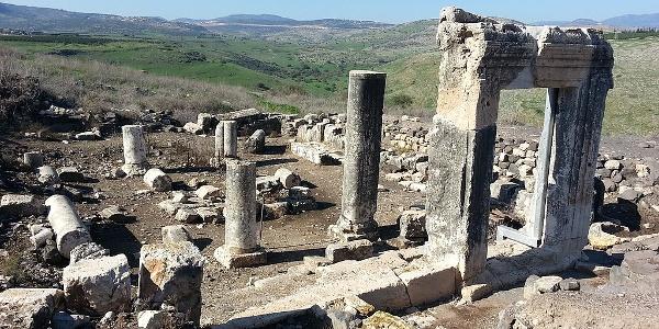 שרידי בית הכנסת העתיק ליד מצוק הארבל