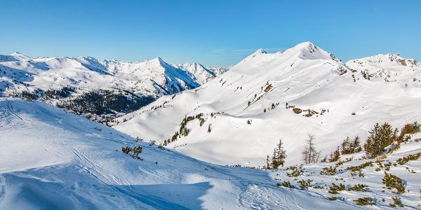 Stúpanie na vrchol Plannerknot (1996 m n.m.). Pohľad smerom k lyžiarskemu stredisku