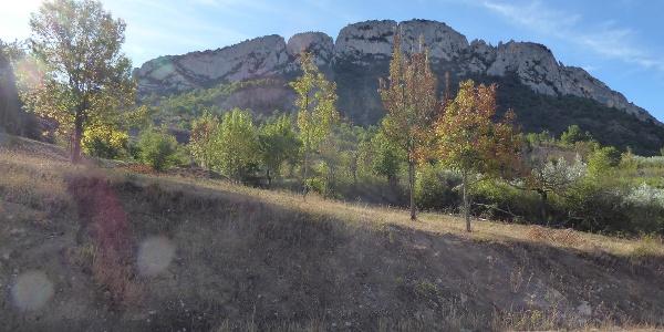 Die Nordwand des St. Julien durch die drei Klettersteige führen. Der La Tihousso verläuft im linken Bereich